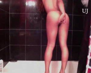 Sexy ebony danst een sexy striptease