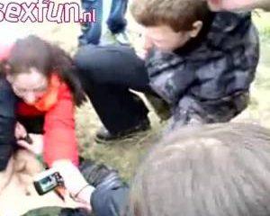 Het meisje pijpt zijn penis terwijl zijn vrienden toe kijken