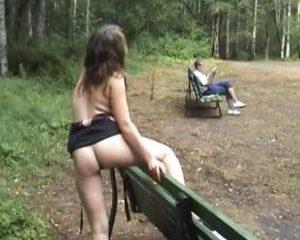 In de buitenlucht laat ze zich filmen terwijl ze haar tieten en kale kut laat zien
