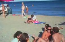 Zijn dikke vrouw pijpt hem op een overvol naaktstrand