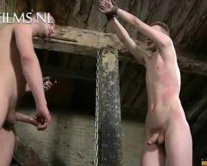 Jonge slaaf in kont geneukt na sm sessie