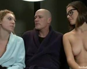Vastgebonden een dildo in haar anus geneukt met een voorbind dildo en ...