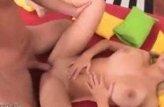 Staand en liggend laat hij zijn grote lul pijpen waarna hij het meisje...