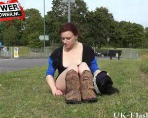 Engelse roodharige snol laat haar kutje spuiten in het openbaar.