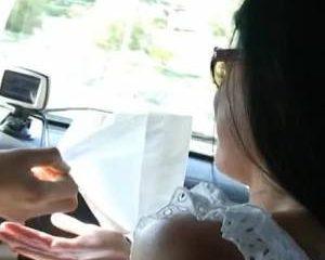 In de auto pijpt ze de dikke lul die haar mond vol sperma spuit