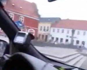 Geil stel maakt rijdend in een auto een amateur sex film